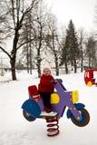 Усмехаясь ребёнок на оживлённом мотоцикле всадника весны Стоковое Изображение