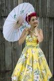 Усмехаясь ретро женщина держа зонтик Стоковые Фото