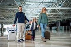 Усмехаясь родственники путешествуя с багажем Стоковые Фото