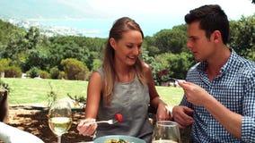 Усмехаясь романтичные пары наслаждаясь обедом сток-видео