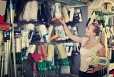 Усмехаясь ролик картины клиента женщины покупая в магазине домочадца Стоковые Изображения