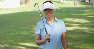 Усмехаясь дружелюбный игрок в гольф женщины идя на курс Стоковое Изображение