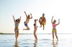 Усмехаясь друзья в солнечных очках на пляже лета Стоковое Фото