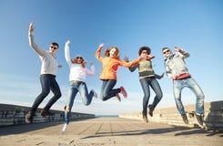 Усмехаясь друзья в солнечных очках смеясь над на улице Стоковые Фотографии RF