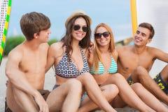 Усмехаясь друзья в солнечных очках с прибоями на пляже Стоковые Фотографии RF