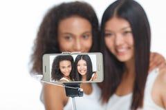 Усмехаясь друзья делая selfie Стоковое фото RF