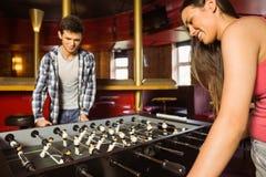 Усмехаясь друзья играя футбол таблицы Стоковое Изображение