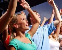 Усмехаясь друзья на концерте в клубе Стоковое Изображение RF