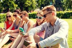 Усмехаясь друзья при smartphone делая selfie Стоковое Фото