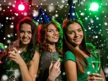Усмехаясь друзья с стеклами шампанского в клубе Стоковое Изображение