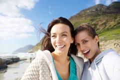 2 усмехаясь друз женщин принимая selfie Стоковое фото RF