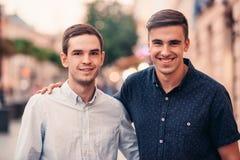 2 усмехаясь друз стоя совместно на улице города Стоковые Фото