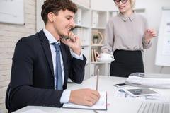 Усмехаясь руководитель бизнеса говоря телефоном Стоковое фото RF