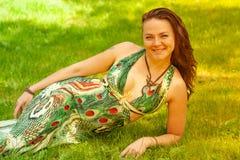 Усмехаясь рыжеволосая альтернативная девушка с побритыми прогулками в солнечном яблоневом саде на солнечный летний день стоковые фото