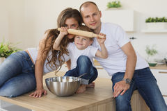 Усмехаясь семья варя совместно в кухне Стоковые Фотографии RF