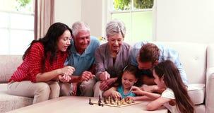 Усмехаясь семья играя шахмат акции видеоматериалы