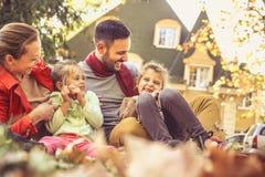 Усмехаясь семья имеет потеху на задворк Стоковые Изображения