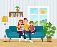 Усмехаясь семья на софе в живущей комнате бесплатная иллюстрация