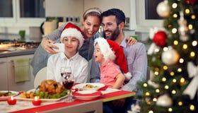 Усмехаясь семья принимая selfie для рождества Стоковое Изображение RF