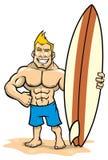 Усмехаясь серфер мышцы представляя с surfboard Стоковые Фотографии RF