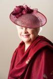 Усмехаясь седоволосая женщина в шляпе и шали стоковое фото rf