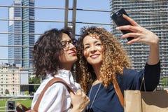 2 усмехаясь симпатичных девушки принимают selfie Стоковое Изображение RF