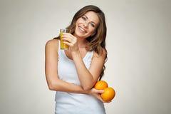 Усмехаясь синглет молодой женщины нося держащ апельсиновый сок Стоковая Фотография RF