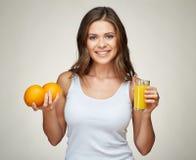 Усмехаясь синглет молодой женщины нося держащ апельсиновый сок Стоковые Изображения