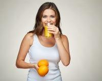 Усмехаясь синглет молодой женщины нося держащ апельсиновый сок Стоковые Изображения RF
