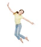 Усмехаясь скакать маленькой девочки стоковая фотография rf