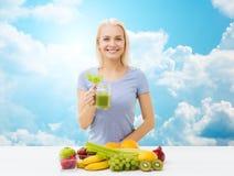 Усмехаясь сок или встряхивание женщины выпивая над небом Стоковое фото RF