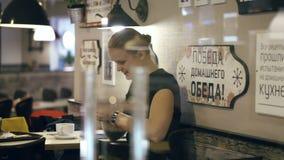 Усмехаясь сообщение женщины печатая на ее smartphone видеоматериал