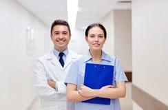Усмехаясь сотрудник военно-медицинской службы на больнице с доской сзажимом для бумаги Стоковое фото RF