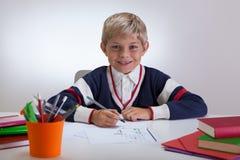 Усмехаясь сочинительство ребенка на школе Стоковые Изображения RF