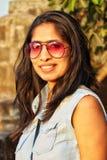Усмехаясь солнечные очки азиатской женщины нося стоковое фото rf