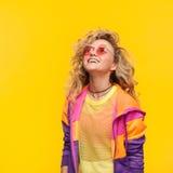 Усмехаясь солнечные очки девушки нося смотря вверх Стоковые Фото