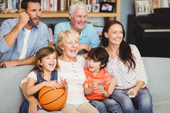 Усмехаясь спичка баскетбола семьи наблюдая Стоковые Изображения RF