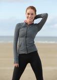 Усмехаясь спортсменка стоя outdoors Стоковое Изображение RF