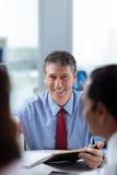 Усмехаясь средн-постаретый бизнесмен Стоковые Фотографии RF