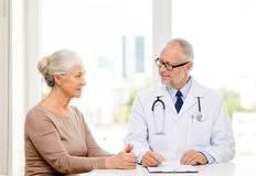Усмехаясь старшая женщина и встреча доктора стоковая фотография