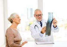 Усмехаясь старшая женщина и встреча доктора Стоковые Изображения RF
