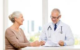 Усмехаясь старшая женщина и встреча доктора Стоковые Изображения