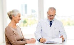Усмехаясь старшая женщина и встреча доктора Стоковые Фотографии RF