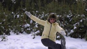 Усмехаясь старшая женщина работая в лесе зимы видеоматериал