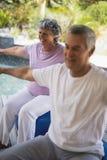 Усмехаясь старшая женщина работая с человеком Стоковая Фотография