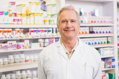 Усмехаясь старшее положение аптекаря Стоковые Изображения RF