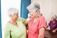 Усмехаясь старшие женщины смотря один другого Стоковая Фотография