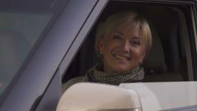 Усмехаясь старший автомобиль окна отверстия женщины, женский автоматический водитель, тест-привод салона видеоматериал