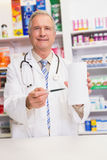 Усмехаясь старший доктор указывая бумага Стоковое фото RF