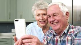 Усмехаясь старые люди принимая selfie акции видеоматериалы